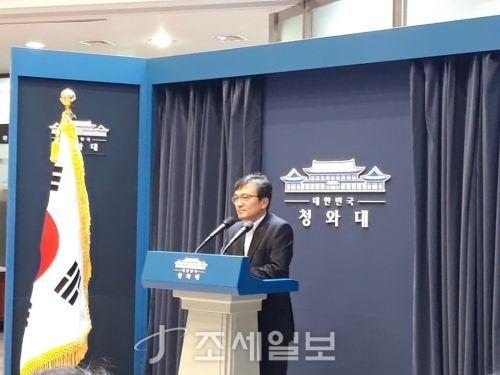 """김의겸 청와대 대변인은 10일 브리핑에서 """"북한이 취하고 있는 비핵화 조처에 미국도 상응하는 성의있는 조처를 해 상호 신뢰 관계를 높이고, 두 나라 사이에 비핵화와 한반도 평화를 위한 조처들이 선순환될 수 있도록 적극적인 노력을 해주면 좋겠다는 희망을 가지고 있다""""고 말했다. (사진=DB)"""