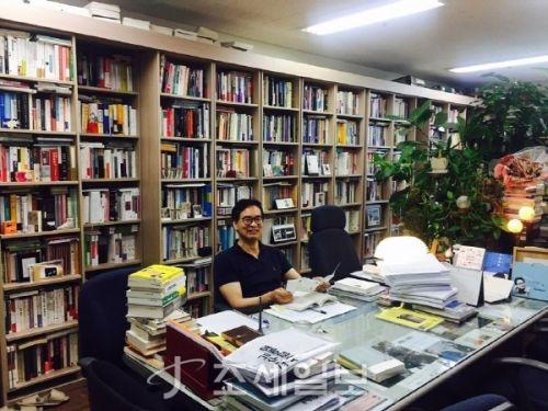 유영만 한양대 교수의 연구실은 책으로 둘러쌓여있다.