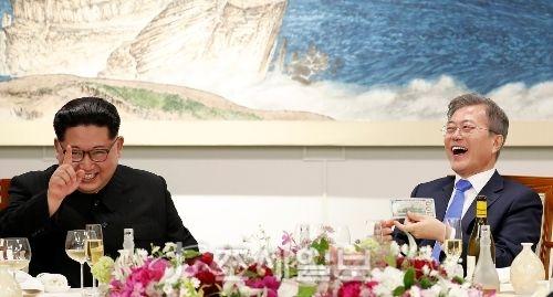 오는 18일 다시 만나게 되는 문재인 대통령과 김정은 북한 국무위원장. 지난 4.17 판문점 평화의 집에서 역사적 만남을 갖고 만찬을 즐기고 있는 문 대통령과 김 위원장 (사진=공동사진취재단)