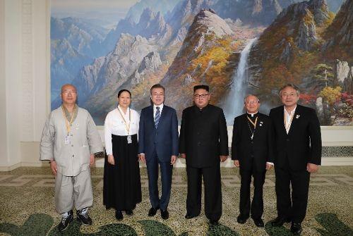 문재인 대통령과 북한 김정은 국무위원장이 19일 오후 평양 옥류관에서 오찬을 가진 후 방북에 동행한 종교 지도자들과 기념 촬영을 하고 있다. (사진=평양사진공동취재단)