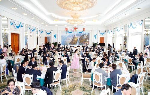 문재인 대통령과 김정은 국무위원장이 19일 오찬을 같이 하는 옥류관에 남측 인사들과 북측 인사들이 자리를 같이해 오찬을 나누고 있다. 오늘의 주 메뉴는