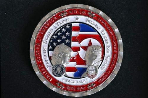 문재인 대통령이 19일 오후 평양 옥류관에서 열린 오찬에서 북한 김정은 국무위원장에게 선물한 북미 정상회담 기념메달. (사진=평양사진공동취재단)