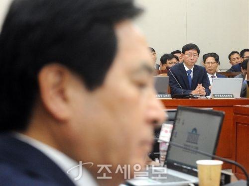 지난 16일 기재위 국감에서 심재철 한국당 의원(좌측)이 질의를 준비하는 동안 김재훈 재정정보원장이 대기하는 모습. (사진=김용진 기자)