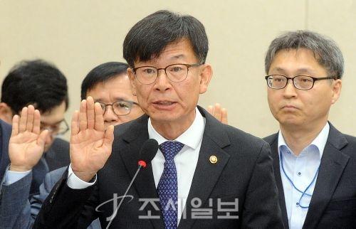 국회 정무위 국정감사에서 증인 선서를 하고 있는 김상조 공정거래위원장. (사진=김용진 기자)