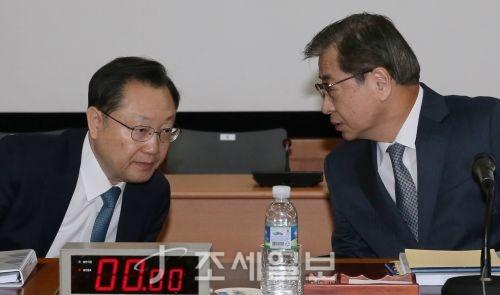 [포토]답변 준비하는 서훈국가정보원장