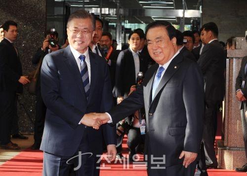 [포토]악수하는 문재인 대통령과 문희상 국회의장