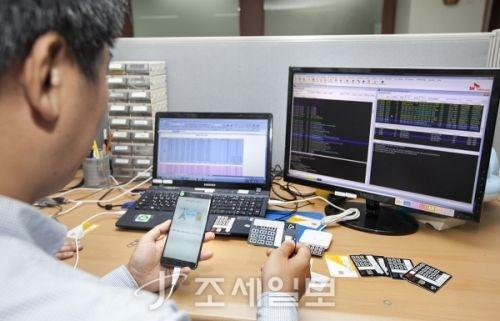 스마트폰 불법복제 일당 검거 <사진: SK텔레콤 제공>