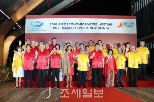 17일 파푸아뉴기에서 열린 APEC 정상회의 공식만찬에 앞서 각국 정상들이 기념촬영을 하고 있다. 둘째줄 두번째에 문 대통령이 자리하고 있다 (사진=청와대)