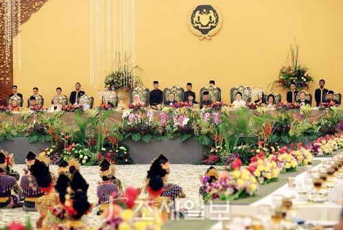 """말레이시아를 국빈방문 마지막 날인 14일 오전 문재인 대통령은 쿠알라룸푸르 만다린 호텔에서 가진 한-말레이 비즈니스 포럼에서 """"한-말레이는 없어서는 안될 경제파트너""""임을 밝혔다. 사진은 전날 공식만찬회 모습(사진=청와대)"""