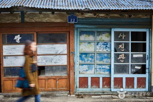 마을에서 가장 오래된 건물인 쌀가게·장미사진관