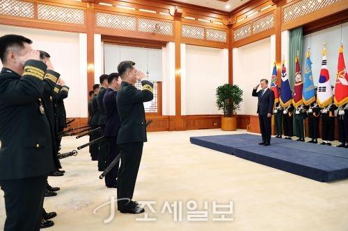 장성 진급 신고받는 문재인 대통령