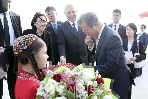 중앙아시아 3개국을 국빈 방문 중인 문재인 대통령이 16일(현지시간) 첫방문지인 투르크메니스탄에 도착, 화동들로부터 환영인사를 받고 있다 (사진=청와대)