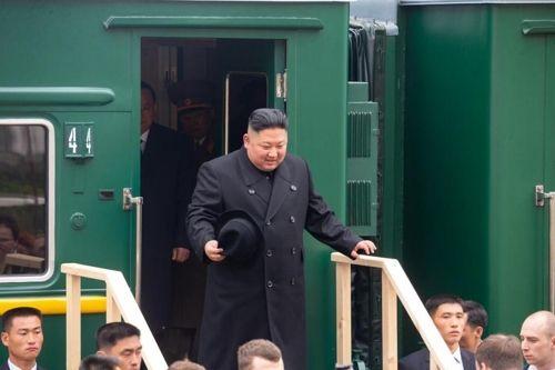 러시아 하산 역에 도착해 객차에서 내리는 김정은 국무위원장[연해주 주정부 사이트 자료사진]