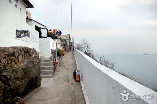 바다 절벽 끝에 세워진 흰여울문화마을