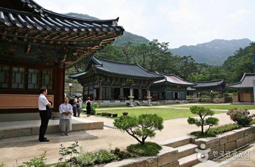 북한산 응봉능선 아래 펼쳐진 진관사