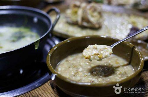 닭육수에 녹두를 넣고 걸쭉하게 끓여낸 녹두죽