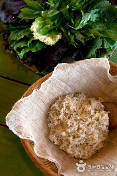 쌈밥정식에 나오는 보리밥과 쌈채소