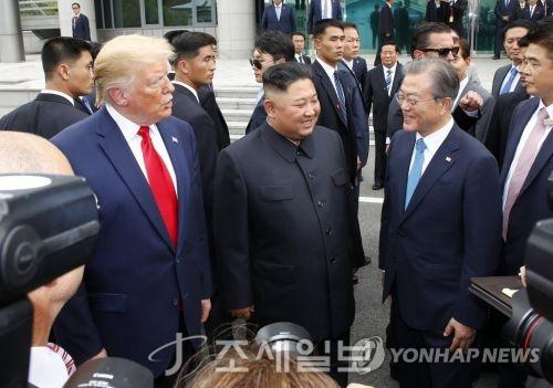 문재인 대통령(오른쪽부터), 북한 김정은 국무위원장, 미국 도널드 트럼프 대통령이 30일 오후 판문점 남측 자유의 집 앞에서 만나 얘기를 나누고 있다. (사진=연합뉴스)