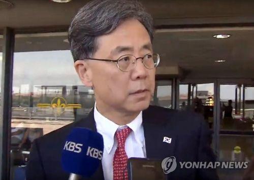 취재진의 질문에 답변하는 김현종 국가안보실 2차장