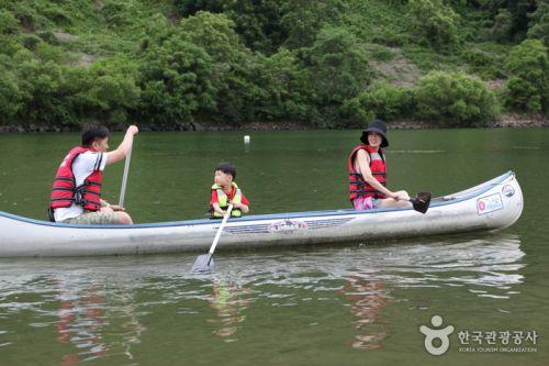 배바위카누마을에서 카누 체험을 하는 가족