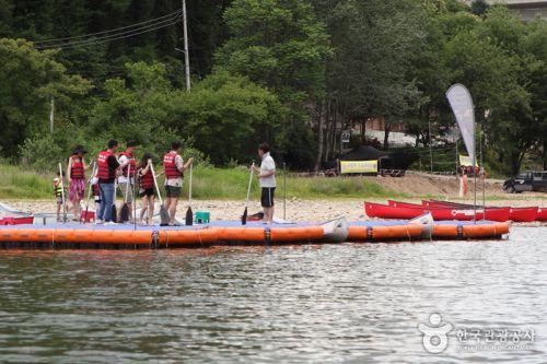카누를 타기 전에 간단한 안전 교육을 받는다.