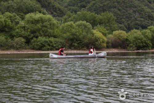 카누의 매력은 여유로움. 느긋하게 물살을 가르며 주변 풍경을 감상한다.