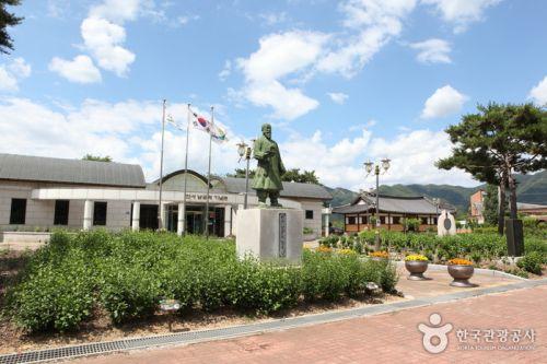 배바위카누마을에서 10분 거리에 있는 한서남궁억기념관과 예배당