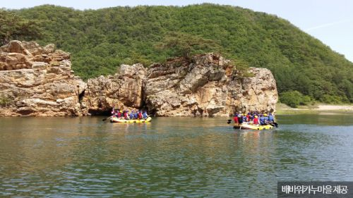 강변에 우뚝 솟은 배바위 <사진제공:배바위카누마을>
