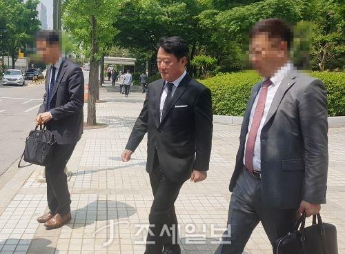 차명주식을 미신고한 혐의로 기소된 이웅열 코오롱그룹 명예회장이 18일 서울중앙지법에서 열린 1심 선고 공판에서 벌금 3억원을 선고받았다.