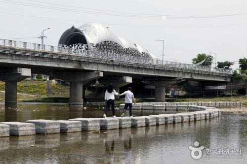 김화교와 다슬기 모양 터널 아래 놓인 징검다리가 정겹다.
