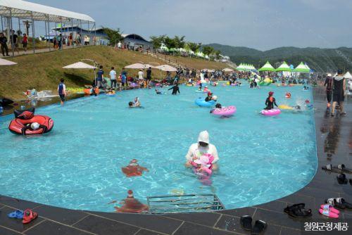 화강 옆에 자리한 대형수영장에서 물놀이하는 사람들 <사진제공:철원군청>