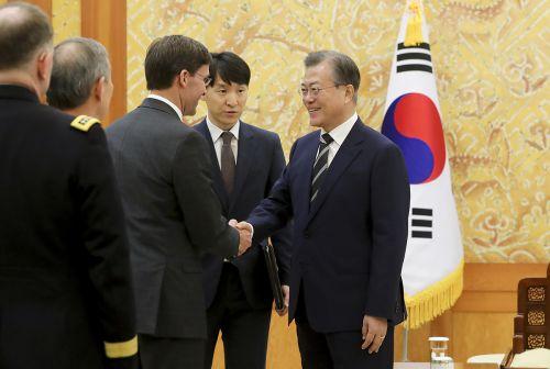 마크 에스퍼 신임 美 국방장관 접견한 문재인 대통령(청와대)
