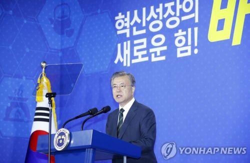 문재인 대통령은 지난 5월 22일 충북 오송 바이오산업단지를 찾아 혁신성장을 강조했다(사진=청와대)