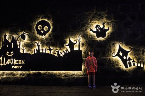 유령의 성 앞에서 포즈를 취한 어린이