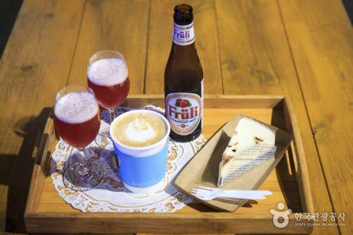 터널 안에 있는 카페에서 딸기맥주와 음료, 조각 케이크 등을 판매한다.