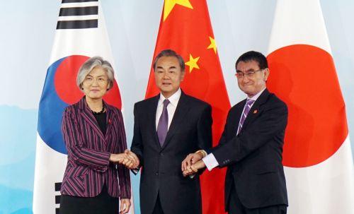 베이징서 21일 한·중·일 외교장관이 만나 악수를 나누고 있다. (사진=연합뉴스)