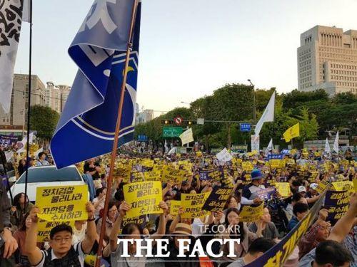 28일 서초동 서울중앙지검 정문 앞 시위대 모습(은