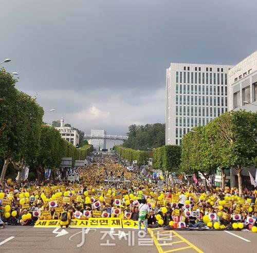 검찰개혁을 촉구하는 세 번째 촛불집회가 5일 오후6시부터 서울 서초동 대검찰청 인근에서 열린다. 이날 오후3시부터 집회 본 무대 앞에 참가자들이 모여들어 인산인해를 이뤘다.