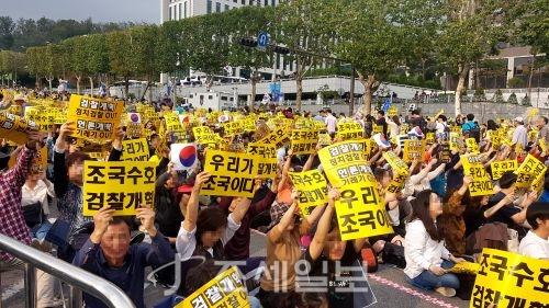 검찰개혁을 촉구하는 세 번째 촛불집회가 5일 오후6시부터 서울 서초동 대검찰청 인근에서 열릴 예정인 가운데 참가자들이