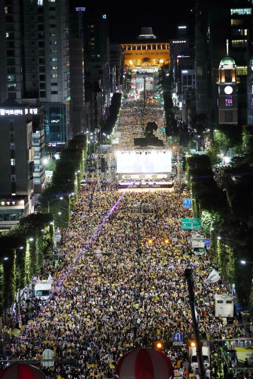 제8차 사법적폐 청산을 위한 검찰개혁 촛불 문화제가 서울 서초역 사거리에서 진행됐다. 집회 참가자들이