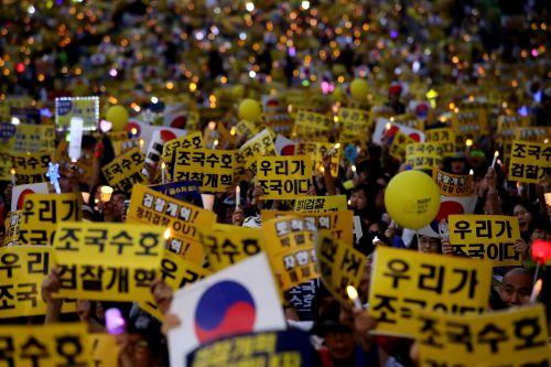 제8차 사법적폐 청산을 위한 검찰개혁 촛불 문화제가 5일 오후 서울 서초역 사거리에서 진행됐다. 집회 참가자들이