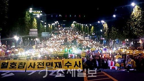 제8차 사법적폐 청산을 위한 검찰개혁 촛불 문화제가 5일 오후 서울 서초역 사거리에서 진행됐다. 이날 집회는 폭력 사태로 인한 연행자가 없이 오후 9시경 마무리됐다.