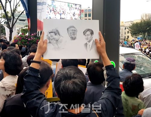 제8차 사법적폐 청산을 위한 검찰개혁 촛불 문화제가 5일 오후 서울 서초역 사거리에서 진행됐다. 집회에 참여한 시민 한 명이 피켓을 들고 구호를 외치고 있다.