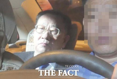 """김명길 북한 외무성 순회대사는 5일(현지시간) 북미 실무회담을 마친 직후 북한대사관 앞에서 성명을 내고 """"협상이 우리의 기대에 부응하지 못해 결렬됐다""""고 밝혔다. 지난 2월 베트남 하노이 회담 당시 포착된 김 전 대사(사진=더팩트)"""