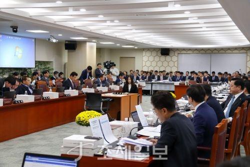 조국 일가 세무조사 압박 공세…정책국감 '실종'