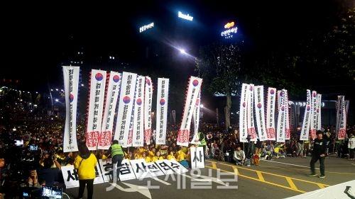 서울 서초동 사거리에서 12일 열린 제9차 검찰개혁 촛불집회에서 참가자들이