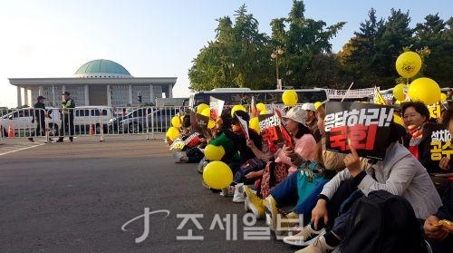 """서울 여의도에서 19일 검찰개혁을 촉구하는 대규모 촛불집회가 다시 열렸다. 시민들은 국회의사당대로 4차선 도로에 모여 """"공수처 설치, 패스트트랙 입법, 자유한국당 수사"""" 등의 구호를 외쳤다."""