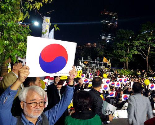 """서울 여의도에서 19일 검찰개혁을 촉구하는 대규모 촛불집회가 다시 열렸다. 시민들은 국회의사당대로 4차선 도로에 모여 """"국민의 명령이다, 국회는 응답하라""""며 공수처 설치법과 패스트트랙 통과를 요구했다."""
