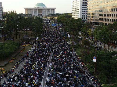 서울 여의도에서 19일 검찰개혁을 촉구하는 대규모 촛불집회가 다시 열렸다. 시민들은 국회의사당대로 4차선 도로에 모여