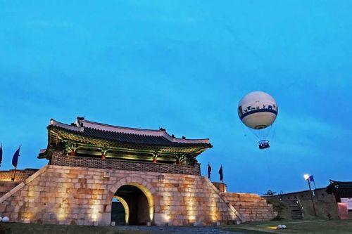 창룡문과 플라잉수원 헬륨기구(사진 제공 : 플라잉수원)